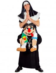 Nunna som bärs av präst - utklädnad vuxen