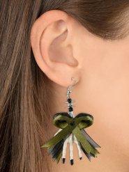 Gröna örhängen med skeletthänder